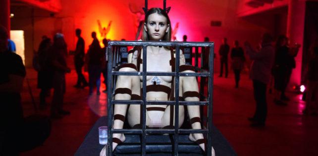 Otevření první galerie živých těl v Praze